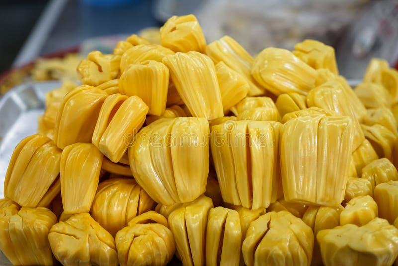 Wyciągany ciała jackfruit w jaskrawym żółtym koloru sprzedawaniu na mecie obraz royalty free