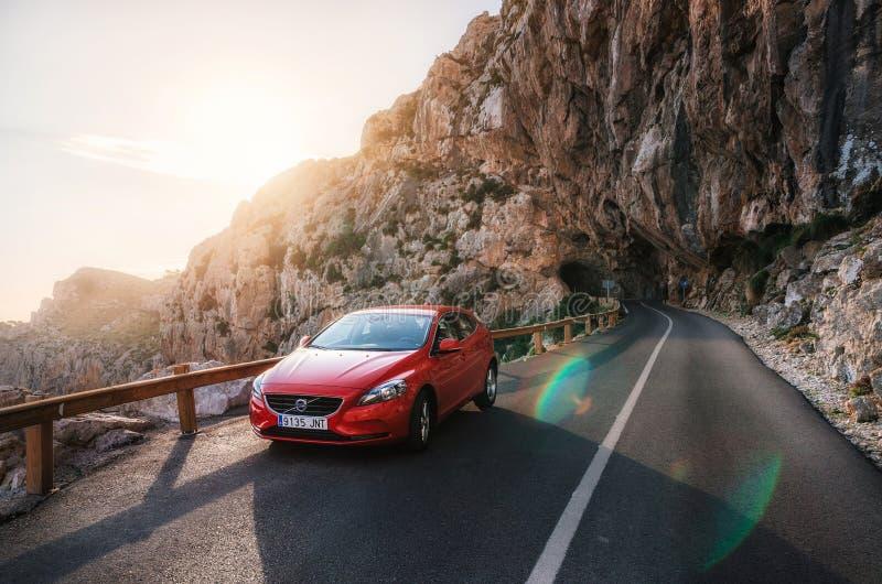 Wycieczka samochodowa góra z Czerwonym samochodowym Volvo, Mallorca, Hiszpania obrazy stock