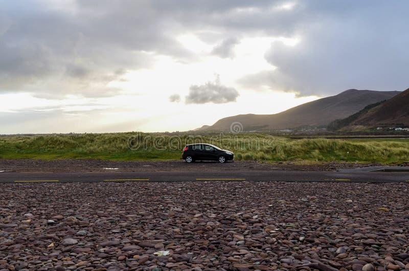 Wycieczka samochodowa samochód w dziki samotnym zdjęcia royalty free