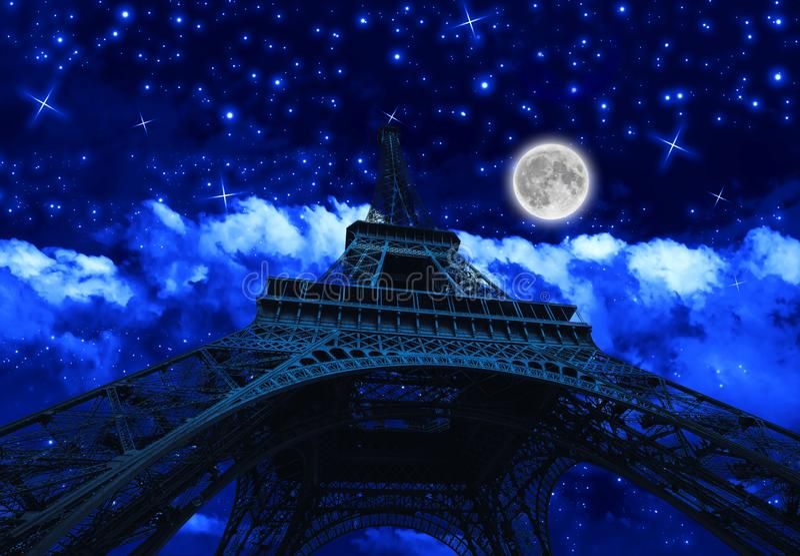 Wycieczka turysyczna Eiffel przy noc? z fullmoon zdjęcia royalty free