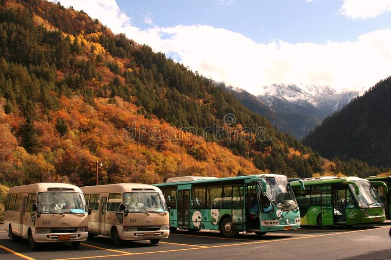 Wycieczki autobusowe parkować w powitalnym terenie Jiuzhaigou doliny park narodowy obrazy stock