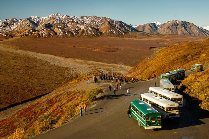 Wycieczki Autobusowe w Denali NP, Alaska, USA fotografia stock