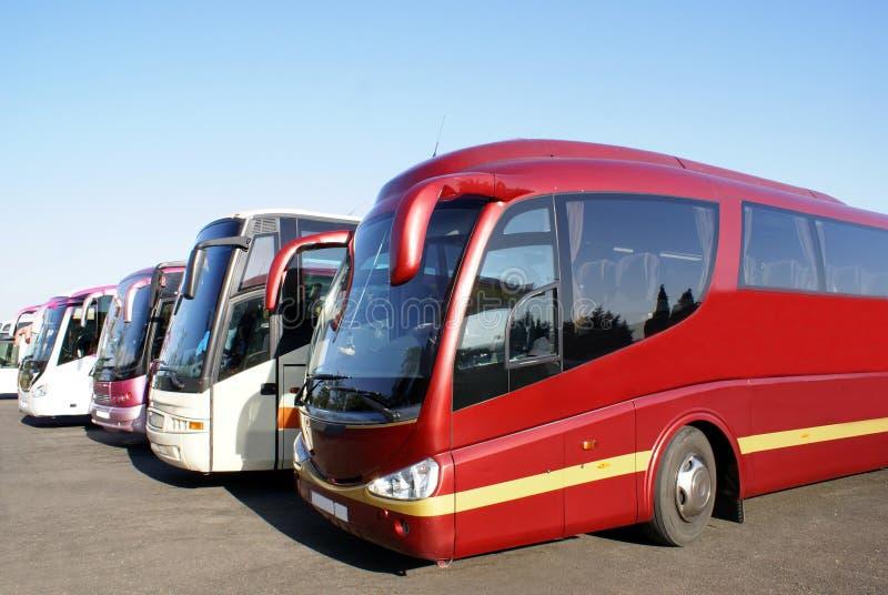 Wycieczki autobusowe wycieczka turysyczna trenery parkujący w parking samochodowym obrazy stock