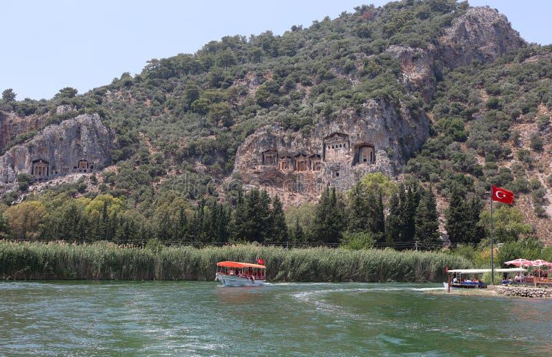 Wycieczki turysycznej łódź i Lycian skały grobowowie przy Dalyan zdjęcie stock