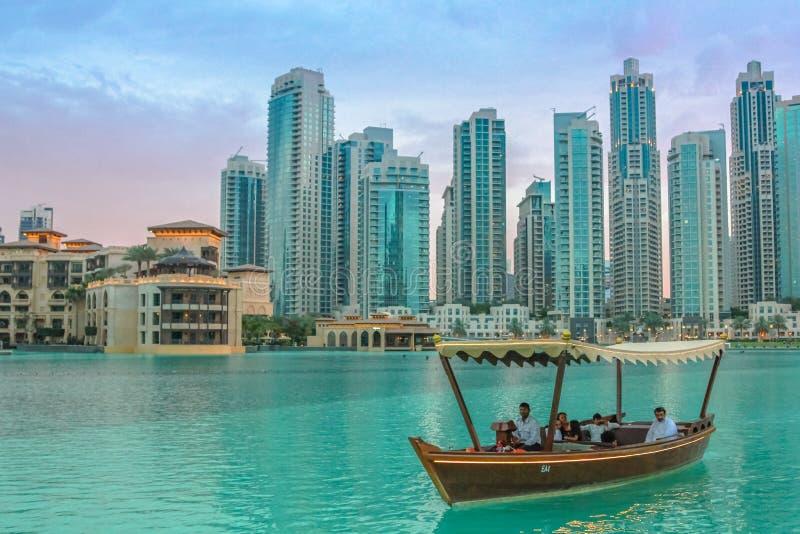 Wycieczki turysycznej Burj Khalifa łódkowaty jezioro zdjęcia royalty free