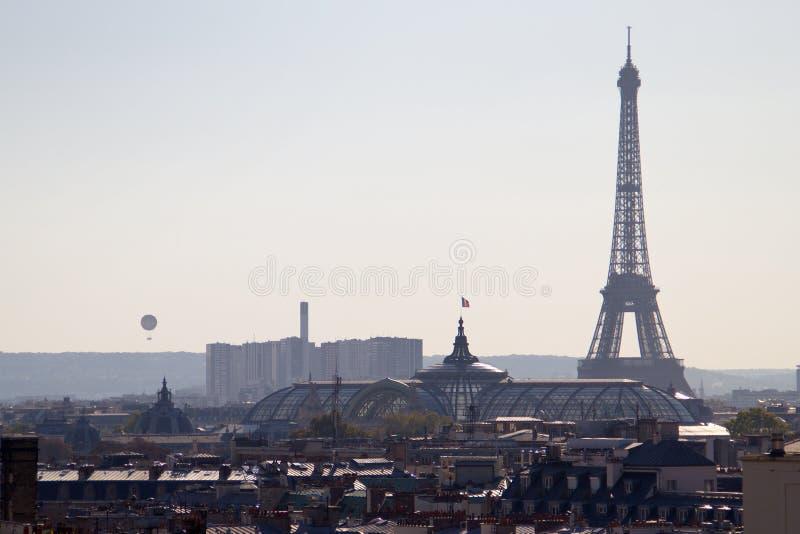 Wycieczki turysycznej Eiffel widok od Paris dachu - Francja obrazy stock