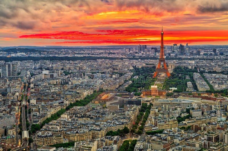 Wycieczki turysycznej Eiffel zmierzch zdjęcie royalty free