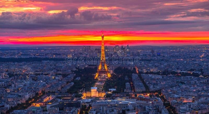 Wycieczki turysycznej Eiffel zmierzchu panorama zdjęcie royalty free