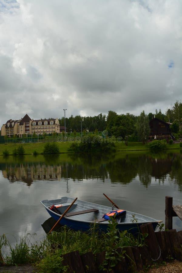 Wycieczki wokoło jeziora na łodzi zdjęcie stock