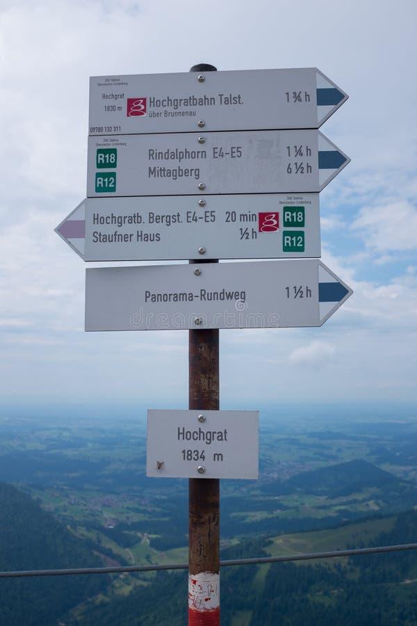 Wycieczkować ścieżkę w niemieckich alps, bavaria allgau zdjęcia stock