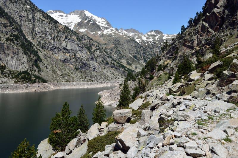 Wycieczkować ślad wzdłuż halnego jeziora obraz stock