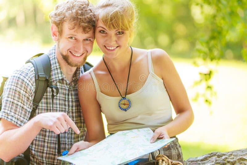 Wycieczkować backpacking pary czytania mapę na wycieczce zdjęcia royalty free