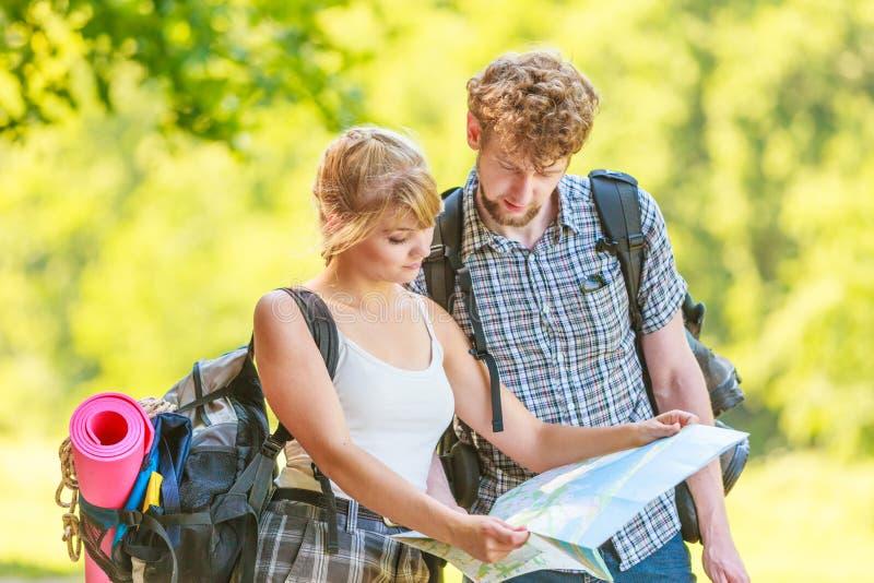 Wycieczkować backpacking pary czytania mapę na wycieczce obrazy stock