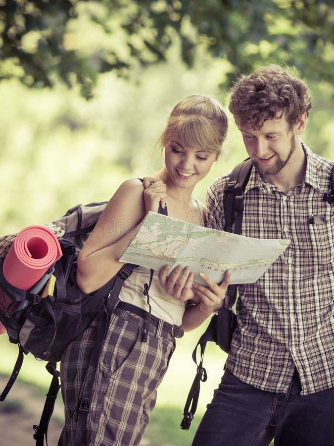 Wycieczkować backpacking pary czytania mapę na wycieczce zdjęcia stock