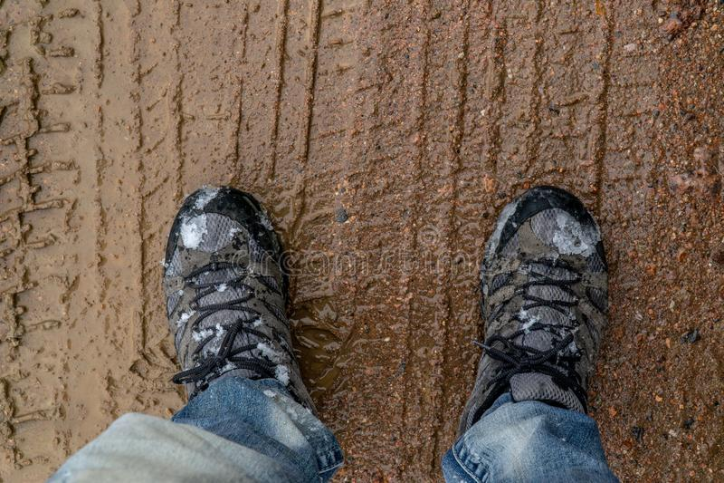 Wycieczkować buty stoi w borowinowej ścieżce zdjęcie stock