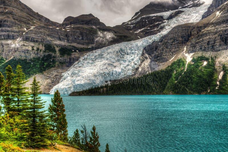 Wycieczkować góra lodowa Jeziornego ślad zdjęcia stock