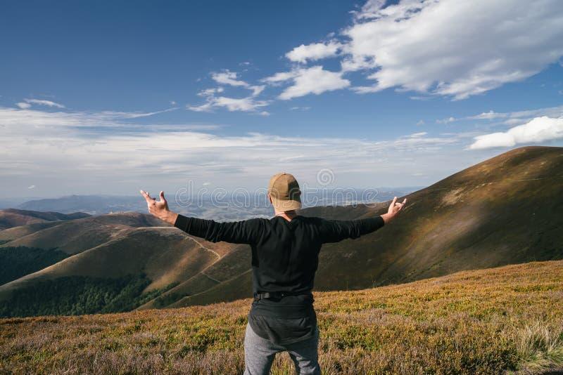Wycieczkować mężczyzna, arywisty lub śladu biegacza w górach, inspiracyjny krajobraz Niepłonny wycieczkowicz patrzeje widok górsk obrazy royalty free
