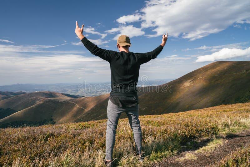 Wycieczkować mężczyzna, arywisty lub śladu biegacza w górach, inspiracyjny krajobraz Niepłonny wycieczkowicz patrzeje widok górsk zdjęcie royalty free