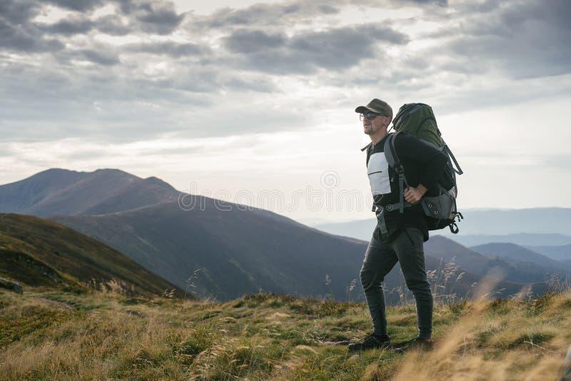 Wycieczkować mężczyzna lub śladu biegacza w górach, inspiracyjny krajobraz Niepłonny wycieczkowicz patrzeje widok górskiego z ple obrazy royalty free
