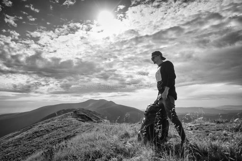 Wycieczkować mężczyzna lub śladu biegacza w górach, inspiracyjny krajobraz Niepłonny wycieczkowicz patrzeje widok górskiego z ple zdjęcie stock