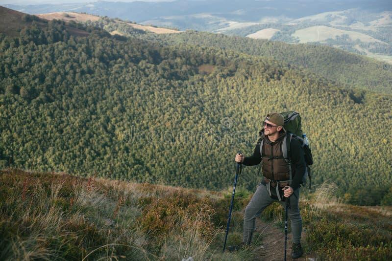 Wycieczkować mężczyzna lub śladu biegacza w górach, inspiracyjny krajobraz Niepłonny wycieczkowicz patrzeje widok górskiego z ple zdjęcia stock