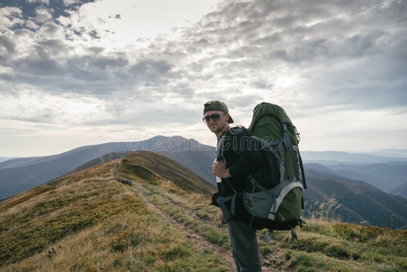 Wycieczkować mężczyzna lub śladu biegacza w górach, inspiracyjny krajobraz Niepłonny wycieczkowicz patrzeje widok górskiego z ple fotografia stock