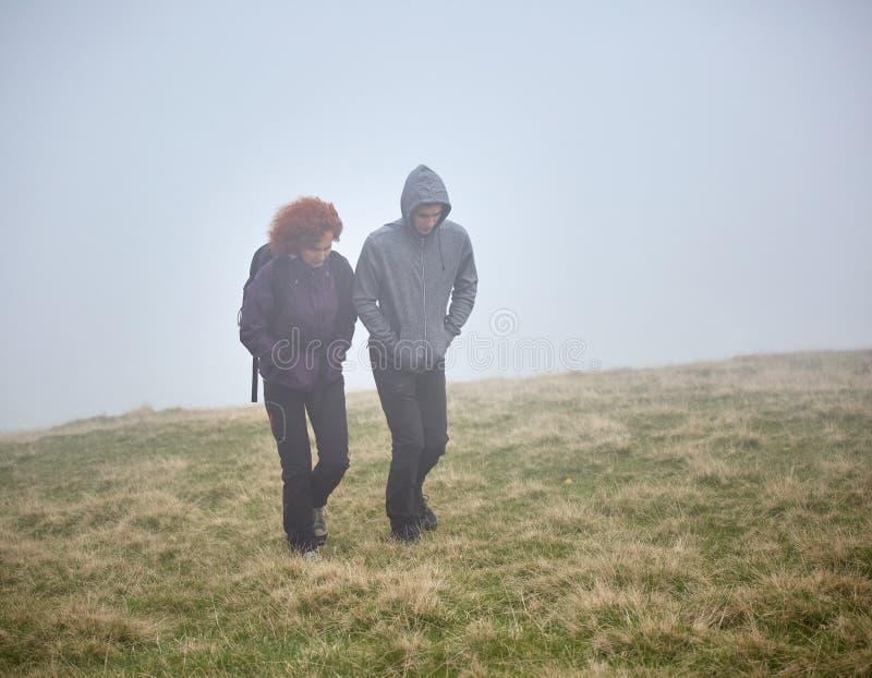 Wycieczkować na górze przez mgły obrazy stock