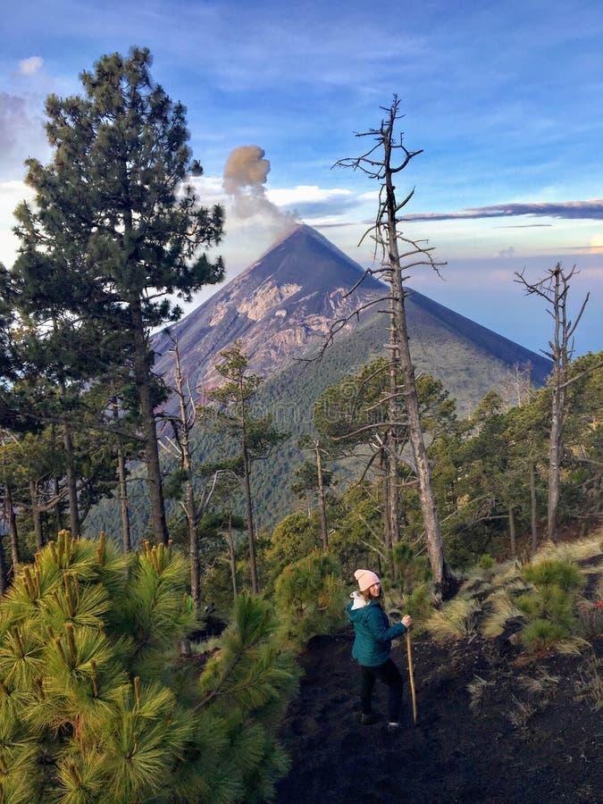Wycieczkować obok góry Fuego wzdłuż graniczącego góry acatenango Oba są volcanoes obraz royalty free