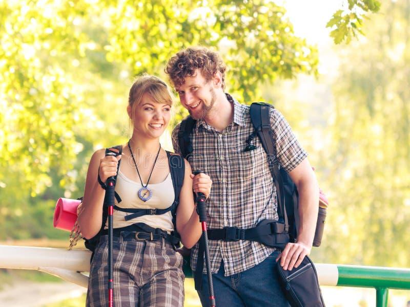 Wycieczkować par backpackers drałuje na lasowym śladzie obraz stock