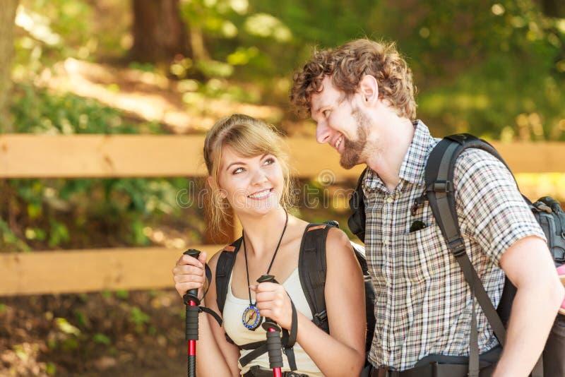 Wycieczkować par backpackers drałuje na lasowym śladzie zdjęcie stock