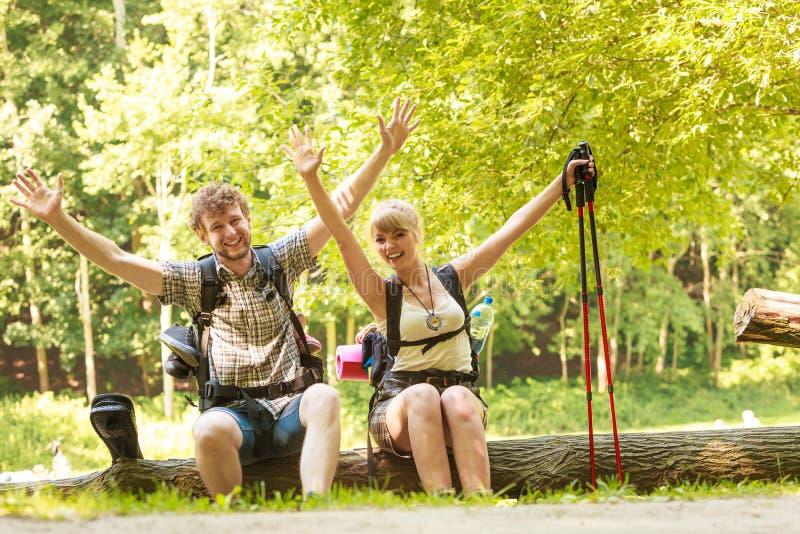 Wycieczkować par backpackers odpoczywa na lasowym śladzie obraz royalty free