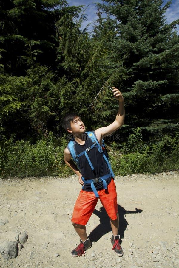 Wycieczkować Selfie z Smartphone pokolenia Y nastolatkiem w lesie obrazy stock