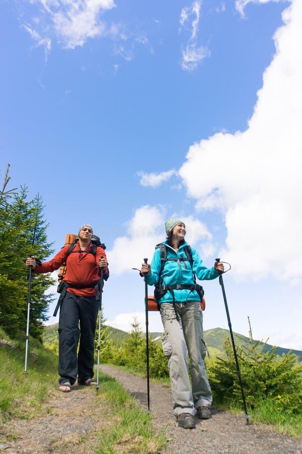 Wycieczkować w górach z plecakiem na pogodnym letnim dniu zdjęcie royalty free