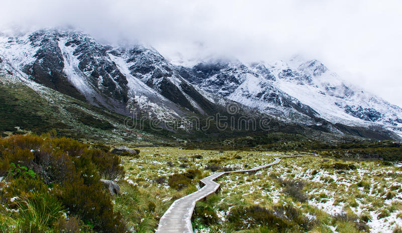 Wycieczkować w zimie otaczającej górami fotografia royalty free