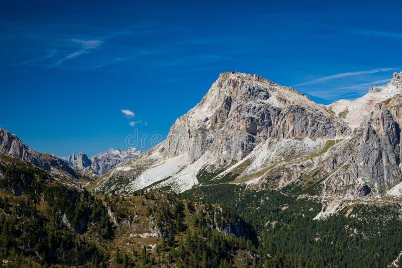 Wycieczkować wokoło Cinque Torri w dolomitach Północny Włochy obrazy stock