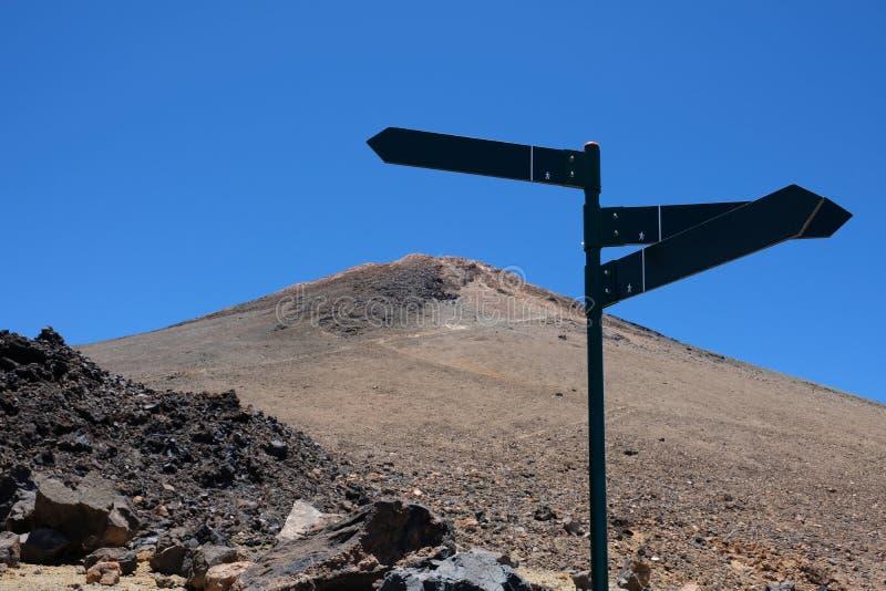 Wycieczkować znaki halnego szczytu wskazujący kierunki fotografia royalty free