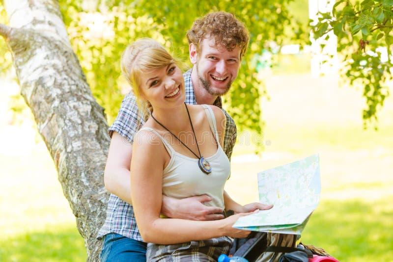 Wycieczkowa? backpacking pary czytania map? na wycieczce obrazy royalty free