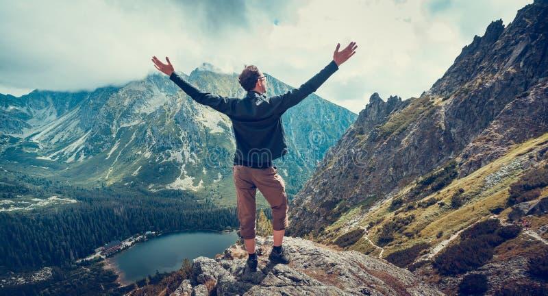 Wycieczkowicz cieszy się panoramicznego widok Tatras obraz royalty free