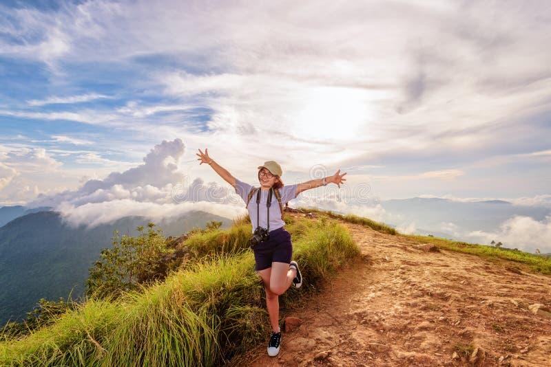 Wycieczkowicz dziewczyna z szczęśliwym na Phu Chi Fa górze obrazy stock