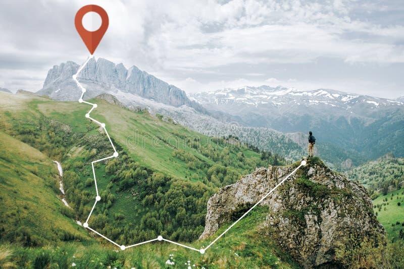 Wycieczkowicz kobiety pozycja na falezie i plan GPS tropimy fotografia stock
