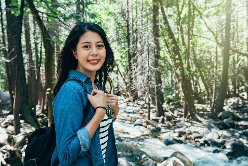 Wycieczkowicz miłości styl życia dzika podróż w lesie obraz stock
