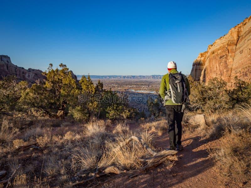 Wycieczkowicz na Ślubnym jaru śladzie w Kolorado Krajowym zabytku fotografia royalty free