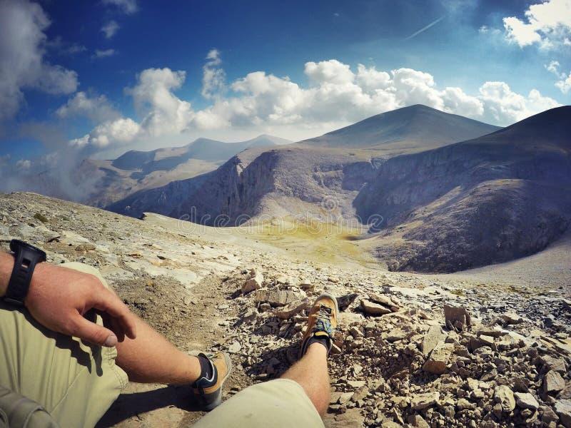 Wycieczkowicz na górze góry zdjęcia stock
