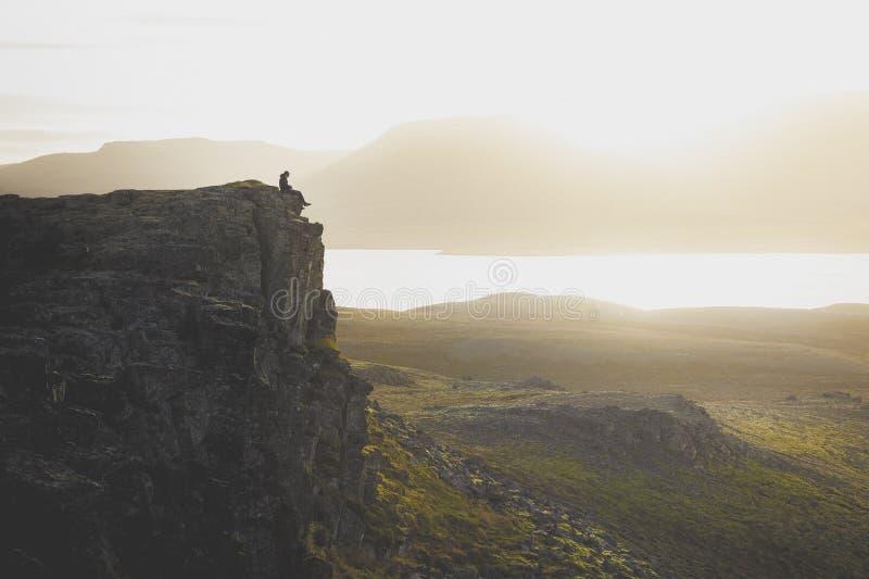 Wycieczkowicz na skalistej falezie podczas zmierzchu Wielka atmosfera z obrazy stock