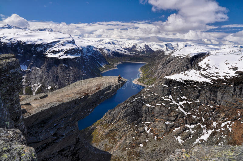 Wycieczkowicz na Trolltunga, Norwegia obraz stock