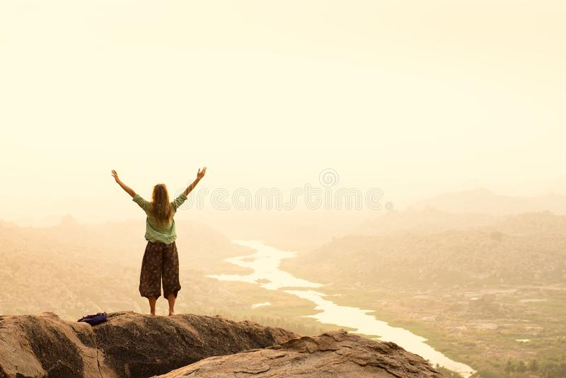 Wycieczkowicz odświętności sukces podczas gdy podróżujący w górach zdjęcie stock