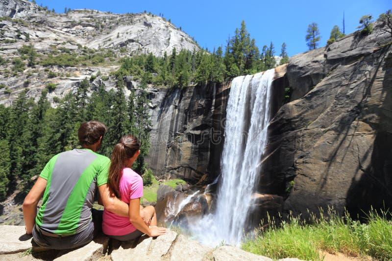 Wycieczkowicz para odpoczywa w Yosemite parku - siklawa zdjęcia royalty free