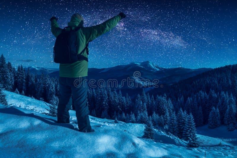 Wycieczkowicz przeciw gwiaździstemu nocnemu niebu fotografia stock