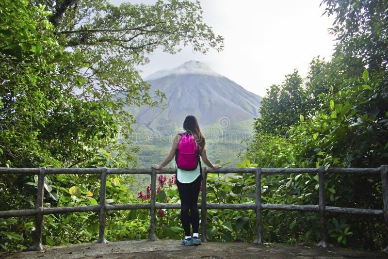 Wycieczkowicz przy Arenal wulkanem, Costa Rica fotografia royalty free