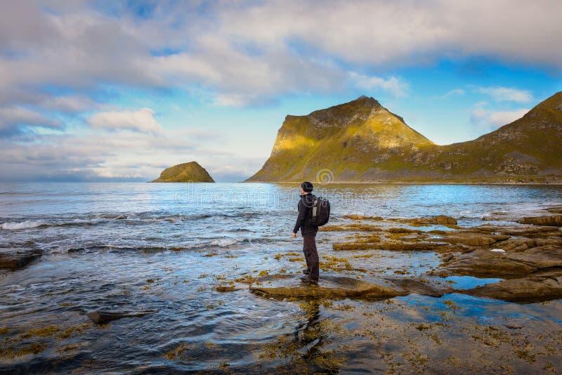 Wycieczkowicz przy Haukland plażą na Lofoten wyspach, Norwegia obraz stock
